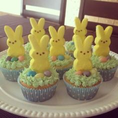 Peeps Easter Cupcakes - - #cupcakes Easter Deserts, Easter Snacks, Easter Peeps, Hoppy Easter, Easter Treats, Easter Recipes, Dessert Recipes, Easter Food, Easter Decor