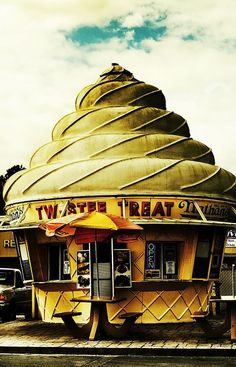 Twistee Treat, Tampa, Florida Dad loved this place Vintage Signs, Vintage Photos, Neon Licht, Unusual Buildings, Unusual Houses, Interesting Buildings, Parks, Famous Castles, Ice Cream Parlor