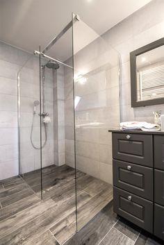Een mooie landelijke badkamer met inloopdouche. Let vooral op de prachtig vloer. Dit zijn keramische tegels die eruit zien als eeuwenoude parket.Landelijke looks, maar hedendaagse techniek en kwaliteit.Dit telt ook voor het kraanwerk van Hansgrohe Axor dat we gebruikt hebben. De kranen zien er klassiek en landelijk uit, maar binnenin … Decor, House, Alcove, Home, Alcove Bathtub, Remodel, Bathroom, Bathrooms Remodel, Bathtub