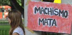 Marcha das Vadias combate a violência contra mulheres no Recife Este não é um evento sobre sexo, é sobre violência. O fato de algumas mulheres protestarem nuas ou com poucas peças de roupas chega a chocar os mais conservadores. Daí surgem inúmeros questionamentos a respeito da postura e o mais recorrente é: se elas querem ser respeitadas, por quê estão se comportando vulgarmente? Prontamente elas respondem que, independente da m Publicado em 24.05.2013, às 22h17 (Leia [+] clicando na imagem)