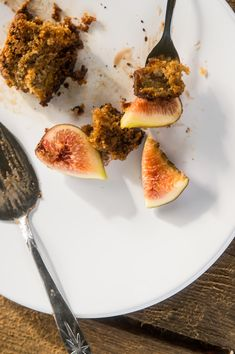 Portuguese figs as the star ingredient of this moist moist moist (yes, it is that moist) cake. Tip: roast the figs in honey and port wine before incorporating in the dough and use the syrup for a yummi glaze || Mel's Vittles