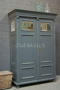 Vitrinekast 10154 - Prachtige oude houten vitrinekast met een grijze kleur. Het meubel heeft een sierlijk bewerkte koof, achter de deuren vier legplanken. 1x GERESERVEERD t/m 8-1