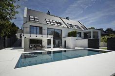 Ausgeklügelte Schranksysteme und intelligente Stauraumlösungen sorgen dafür, dass das Haus nicht nur ein klares, modernes Design erhält, sondern auch leicht in Ordnung zu bringen ist.