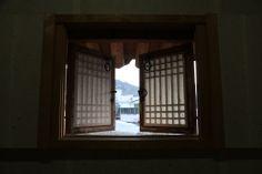 전통한옥의 취옹예술관과 약선요리  Traditional Korean style  Chiong art gallerie & medical food   한옥창문  가평의 축령산에 위치한 전통한옥의 취옹.... 한국전통의 한옥건물과 돌, 흙, 나무가 어우러진 곳....  취옹예술관 http://www.chi-ong.co.kr/ http://blog.daum.net/chi-ong  우리들한의원 홈피 Wooreedul Korean Medicine Clinic English HP http://www.iwooridul.com/english 日本語HP http://www.iwooridul.com/japan 中國語 HP http://www.iwooridul.com/chinese 무료앱 free app http://www.iwooridul.com/app-update