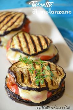 Aubergine towers - The recipes of Simo and Cicci - Eggplant towers. Source: The recipes of Simo and Cicci Vegetable Dishes, Vegetable Recipes, Vegetarian Recipes, Cooking Recipes, Healthy Recipes, Healthy Foods, Antipasto, Eggplant Recipes, Finger Foods