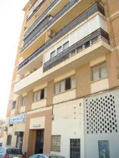 Piso en Algeciras. 103 m2, 3 habitaciones, 2 baños. Situado junto a la estación de tren. Flat in Algeciras. 103 m2, 3 beds, 2 baths. Located next to the train station. 59.000 €
