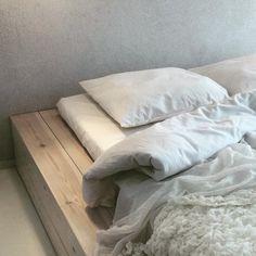 Kiva idea korvata perinteinen sänky lauta-alustalla. Luovaa,  valkoista, runollista sisustamista asuntomessualueella kohteessa 3.