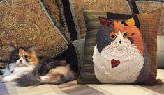 How to sew a Pet Applique Pillow Tutorial Applique Pillows, Sewing Pillows, Animal Quilts, Animal Pillows, Quilting Projects, Sewing Projects, Art Quilting, Quilting Patterns, Sewing Patterns