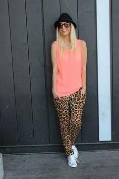 How to wear leopard print: Pair leopard pants with a bright top, sneakers, and a cute hat for a casual but seriously cool look Outfit Jeans, How To Wear Joggers, Leopard Print Pants, Cheetah Print, Jessica Parker, Bcbg, Casual Outfits, Cute Outfits, Leopard Fashion