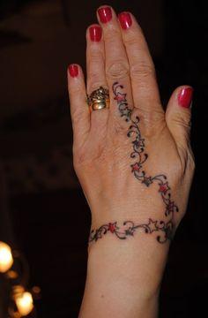 37. Classy Starry Bracelet Hand Tattoo for Women