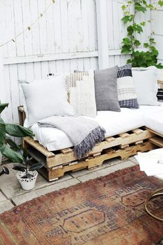 This article will show you the steps, materials and tools you need to create an L-shaped couch using pallet wood and how to make no sew cushions.