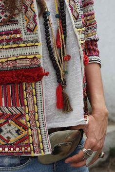 mode bohème chic - veste à motifs jaunes et rouges bridés et chaînes de perles décoratives et pompons
