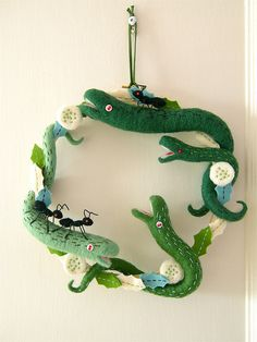Cute Christmas Wreath Designs From Japanese Artist « Modern House Insight Crochet Wool, Wool Yarn, Wet Felting, Needle Felting, Diy And Crafts, Arts And Crafts, Felt Crafts, Driftwood Wreath, Wooly Bully