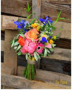 """Via Flora op Instagram: """"   19.05.2017    Bont gekleurd bruidswerk voor Christian en Angela! #bruidsboeket #kleurrijk #veldboeket"""""""