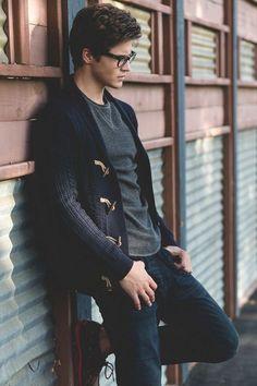 Este es un cárdigan, una camiseta y unos jeans. El cárdigan es azul. La camiseta es gris. Los jeans son azules.