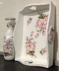 Discover thousands of images about Imagen relacionada Decoupage Vintage, Decoupage Wood, Decopage Furniture, Paint Furniture, Shabby Chic Style, Shabby Chic Decor, Wood Crafts, Diy And Crafts, Painted Trays