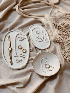 How To: Make These Clay Plates - Verlobungs Dekorationen Ceramic Pottery, Pottery Art, Ceramic Art, Pottery Ideas, Slab Pottery, Pottery Studio, Ceramic Bowls, Pottery Designs, Ceramic Decor