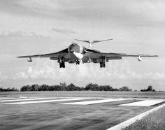 Handley Page Victor landing at RAF Tengah. Air Force Aircraft, Ww2 Aircraft, Military Jets, Military Aircraft, Air Fighter, Fighter Jets, Vickers Valiant, Handley Page Victor, V Force