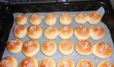 Máte rádi americkou kuchyni? Hamburgery, pizza či hot dog? Zkuste si doma připravit mini hamburgery - domácí pečivo, plněné surovinami podle vlastní chuti. Food And Drink, Bread, Mini, Hot Dog, Pizza, Hair, Beauty, Breads, Baking