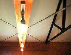 天井からワイヤーでつり下げている照明。Ceiling lighting