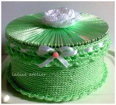 PRESENTE PARA MADRINHAS - Caixinha porta joia em crochê com CD modelo 01… Crochet Box, Crochet Chart, Filet Crochet, Irish Crochet, Crochet Motif, Crochet Designs, Crochet Flowers, Crochet Patterns, Diy Crafts With Cds