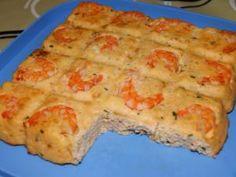 Voici une recette de Guy Demarle !!  300 g de crevettes roses 400g de saumon ou autre poisson blanc 70g de pain de mie 70g de lait 3 oeufs 30g de beurre fondu 100g de crème fraîche épaisse ciboulette, sel, poivre  Préchauffez votre four à 170°C. Placez 16 crevettes décortiqquées dans chaque empreintes du moule tablette. Hachez finement votre poisson ainsi que le reste des crevettes décortiquées. Dans un cul-de-poule, imbibez de lait le pain de mie puis écrasez le à la... - Terrine de ... Cas, Cuisine Diverse, Pie Cake, Four, Food Pictures, Voici, Macaroni And Cheese, Seafood, Good Food