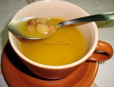 Sopa de pinhão e mandioquinha, também conhecida como batata salsa e batata baroa.