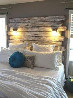 schlafzimmer landhausstil hölzernes bettkopfteil wandleuchten dekokissen