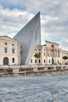 L'extension du musée d'Histoire militaire de Dresde, conçue par Daniel Libeskind, semble fichée dans le bâtiment de la fin du xixe siècle