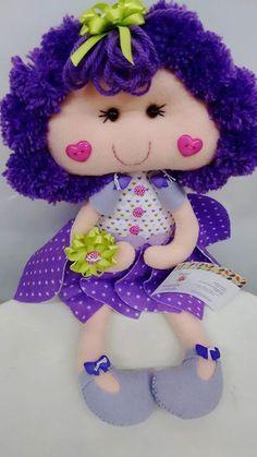 Linda muñeca Flor, muy colorida y coqueta. La puedes crearen fieltro o también en tela si lo prefieres. Es fácil de hacer, el pelo son pompones que tienes que ir pegando a la cabeza , los mofletit…