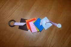 Vous avez sans doute déjà vu les cadres d'habillage Montessori qui permettent aux enfants de s'entraîner à boutonner, mettre des pressions, fermer et ouvrir un zip ... Au préalable, il est possible de proposer aux enfants cette activité de boutonnage...