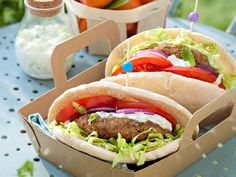 Découvrez la recette Pita au bœuf haché, sauce à la grecque sur cuisineactuelle.fr.