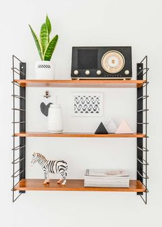 Twee samengetrokken arbeidershuisjes in Vianen Vintage Stil, Style Vintage, Interior Design Inspiration, Room Inspiration, String Shelf, Deco Retro, Study Nook, Bright Homes, Aesthetic Room Decor