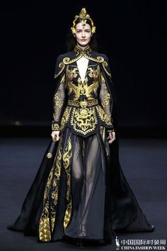 Heaven Gaia | Spring Summer 2020 China Fashion Week. Inherit Oriental Wisdom And Aesthetic Culture. Contemporary Fashion, Modern Fashion, Golden Dress, Space Fashion, Fantasy Dress, China Fashion, Stunning Dresses, Aesthetic Clothes, Costume Design