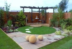 esferas decoracion patio cesped pergola