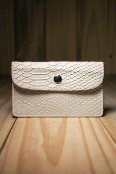 Carteira Flat Skin Branca - Para a mulher que quer estar 100% elegante, a carteira Flat Skin Branca traz a sofisticação para os seus pertences de valor