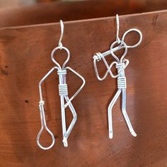 ohrring. tennisspieler. Cute earrings made by my friend Terri! Sterling tennis player earrings  Hand made  by Untwistedsister, $35.00 #tennisgifts #tennis #tennisjewelry