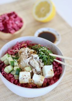 Roze poké bowl met makreel en feta