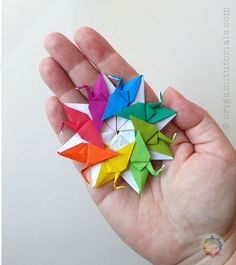 A guide to the Origami Crane Wreath 8 Tsuru / Cranes, designed by Francis Ow. Use Kami or Duo paper for this beautiful eight unit modular Origami wreath. Origami Wreath, Origami Star Box, Origami Envelope, Origami Decoration, Origami Folding, Origami Flowers, Origami Easy, Paper Folding, Dollar Origami