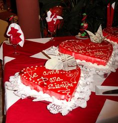 Valentine's Day can be exciting and festive with small surprises, handmade holiday decorations, and romantic food Romantic Meals, Romantic Food, Valentines Food, Valentine Gifts, Valentines Recipes, Red Jelly, Romantic Surprise, Modern Food, Heart Shaped Cookies