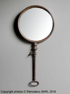 Miroir rond convexe sur structure en métal patiné marron très original à suspendre pour une déco d'ambiance brocante. Une création Chehoma.