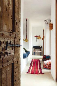 Chez Luis Galliussi à Ibiza - door, hassocks, alcove bed!