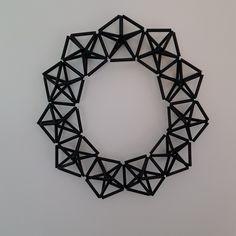 Krans gjord av avklippta sugrör och fiskelina  ~~~ Wreath made of straws and fishing line ~~~ https://www.instagram.com/jossanspysselochbak/
