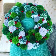 – Du er på rett sted om jul krans papper Her tilbyr vi deg mest … Noel Christmas, Christmas Wreaths, Christmas Decorations, Christmas Ornaments, Christmas Pom Pom Crafts, Crochet Christmas Wreath, Pom Pom Decorations, Pom Pom Wreath, Diy Wreath