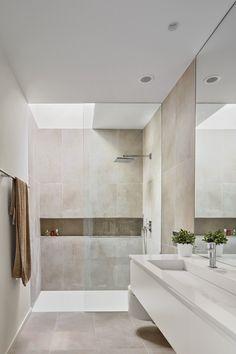 Bathroom with a skylight Minimalist Bathroom Design, Bathroom Design Luxury, Bathroom Layout, Modern Bathroom Design, Home Interior Design, Small Bathroom, Small Luxury Bathrooms, Modern Luxury Bathroom, White Bathrooms