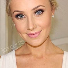 Gorgeous Make-Up for a blue-eyed blonde.