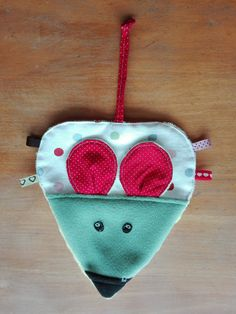 Un doudou souris Sewing Toys, Baby Sewing, Jack Daniels Fudge, Sewing Online, Dou Dou, Diy Toys, Refashion, Baby Love, Molde