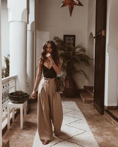 pleated pants, oversized trousers, wide leg trousers, summer style We love our cropped flares but there is a new pant style that is taking center stage this season. It's all about pleated pants! Hipster Outfits, Mode Outfits, Trendy Outfits, Boho Fashion Summer Outfits, Summer Outfits For Vacation, Summer Ootd, Summer Fashions, Vacation Style, Casual Summer Outfits