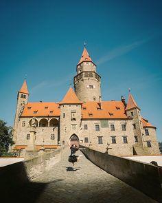 Nenapadá vás, kam si zajet udělat krásný výlet? A co české hrady? Ukážeme vám 30 nejkrásnějších hradů v ČR, které stojí za to navštívit. Mansions, House Styles, Luxury Houses, Palaces, Mansion, Mansion Houses, Villas