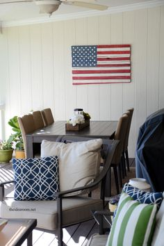 Looking for fun ways to spruce up your outdoor space? Check out these amazing DIY Outdoor Projects. Pallet Projects Signs, Outdoor Projects, Outdoor Crafts, Shelf Furniture, Outdoor Furniture Sets, American Flag Pallet, Pallet Flag, Bedroom Crafts, 4th Of July Decorations